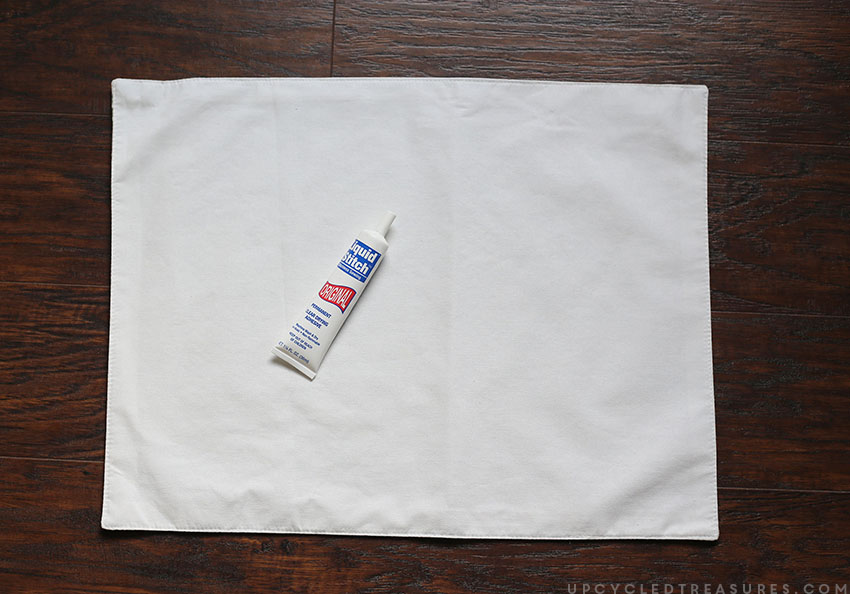 Looking for affordable holiday pillows? See how easy it is to create these no sew DIY holiday placemat pillows in a matter of minutes! UpcycledTreasures.com