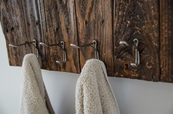 DIY-Towel-Rack-from-pallet-lemonthistle