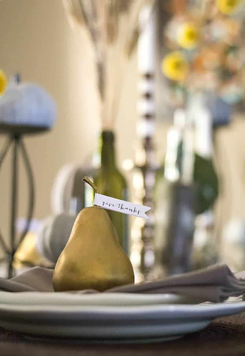 See how easy it is to create a simple and rustic Give Thanks place setting! MountainModernLife.com