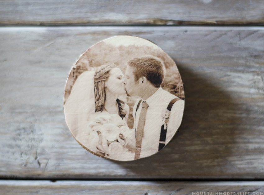 See how easy it is to create these rustic cabin Inspired Christmas ornaments from wood slices! mountainmodernlife.com