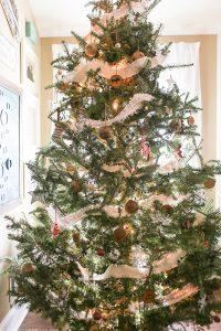 rustic-cozy-christmas-tree-mountainmodernlife-com