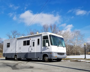 Tour this modern yet cozy renovated RV filled with lots of white, shiplap, and warm wood tones from @WilsonGrandAdventures! Featured on MountainModernLife.com