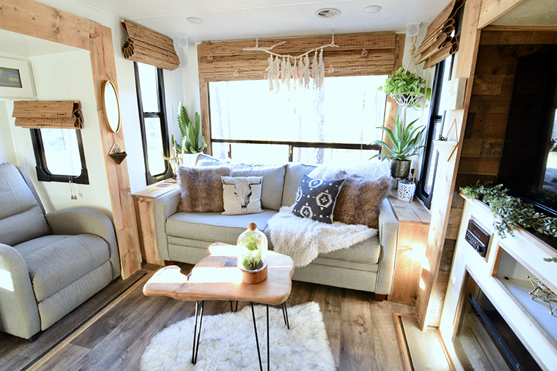 Tour this plant-filled travel trailer with Southwestern vibes from @TinCanRamblers on MountainModernLife.com