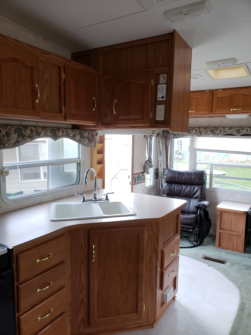 5th Wheel before renovation from @leeannieblivin