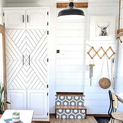 This family transformed their RV into a tiny modern farmhouse! Featuring @WhiteHouseMuddyFeet on MountainModernLife.com
